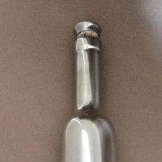 Botellas antiguas: BOTELLA PARA VINO DE ESTAÑO FIN FEIN ZINN 95% ALEMAN ASPECTO PLATA, CRISTAL DENTRO. Lote 155419506