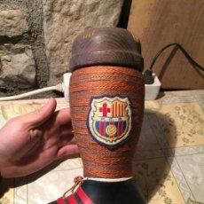 Botellas antiguas: ANTIGUA BOTELLA EN FORMA DE BOTA DEL FUTBOL CLUB BARCELONA / BARÇA CON TAPÓN DE MADERA AÑOS 60. Lote 163523254