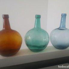 Botellas antiguas: ANTIGUAS GARRAFAS BOTELLAS DAMAJUANA DE CRISTAL MARRON VERDE AZUL VIDRIO AMBAR VILELLA. Lote 164584558