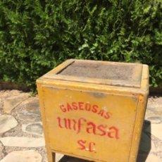Botellas antiguas: ANTIGUA NEVERA DE HIELO GASEOSA UNFASA. MADERA. Lote 164838426