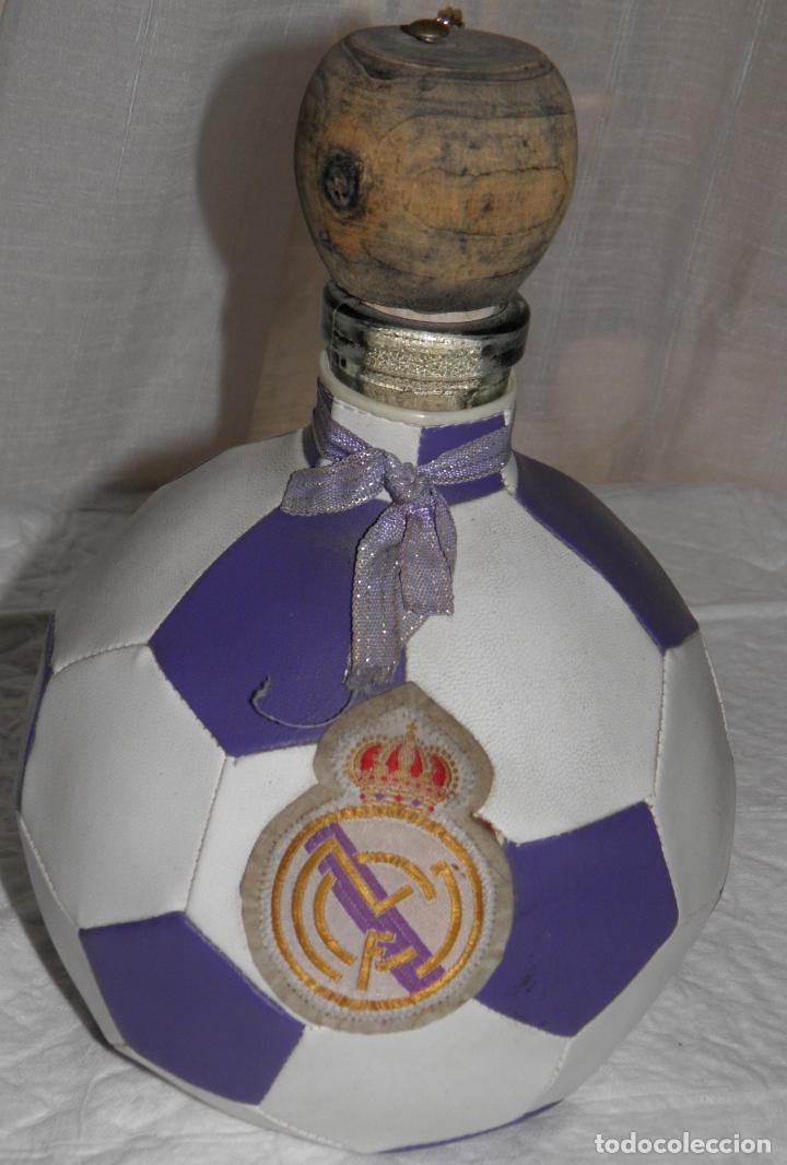 BOTELLA EN FORMA DE BALÓN DEL REAL MADRID (Coleccionismo - Botellas y Bebidas - Botellas Antiguas)
