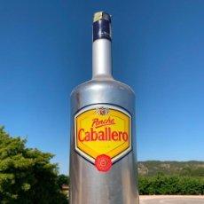 Botellas antiguas: BOTELLA DE PONCHE CABALLERO GIGANTE, 3 LITROS, VACIA. Lote 168745988