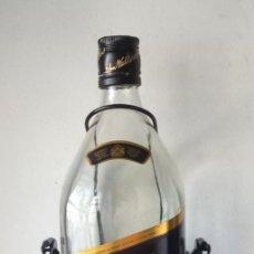 Botellas antiguas: JOHNNIE WALKER **** BOTELLA GRAN TAMAÑO 4,50 LITROS Y 50 CMS ALTO CON SOPORTE. Lote 168881660