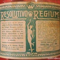 Botellas antiguas: RESOLUTIVO REGIUM PIEDRA RIÑÓN HÍGADO ANTIGUA BOTELLA MÉDICO FARMACIA LLENA DE ORIGEN MBE. Lote 169343192