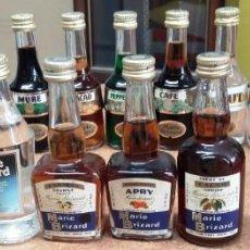 Botellas antiguas: 18 BOTELLITAS BOTELLIN MARIE BRIZARD. Lote 170049844
