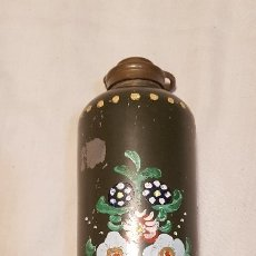 Botellas antiguas: BONITO Y ANTIGUO TERMO DE METAL CON TAPÓN DE LATÓN.. Lote 172951977