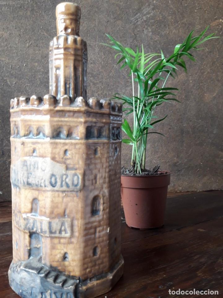 BOTELLA DE ANIS CON FORMA DE LA TORRE DEL ORO DE SEVILLA. (CERÁMICA DE TRIANA) (Coleccionismo - Botellas y Bebidas - Botellas Antiguas)