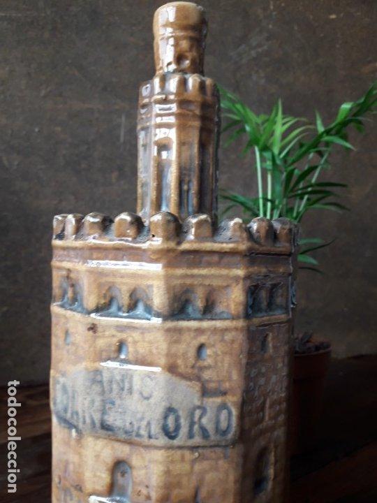 Botellas antiguas: BOTELLA de ANIS con forma de la TORRE DEL ORO DE SEVILLA. (CERÁMICA DE TRIANA) - Foto 2 - 175875232