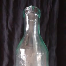 Botellas antiguas: BOTELLA DE CRISTAL. LECHE. ABSOLUTELY PURE MILK.. Lote 176048215