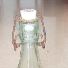 Botellas antiguas: BOTELLA 1 LITRO GASEOSA LIMONADA SUPER GASEOSA DELICIOSA CON TAPON CERÁMICA JBO ALBESA. SERIGRAFÍA. Lote 176081375