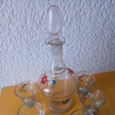 Botellas antiguas: LICORERA CON 6 VASOS - PINTADA - 18 X 6.5 BASE X 8 TAPÓN CMS APROX - VASO 5.5 X 3.5 X 3.5 CMS. Lote 179217383