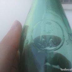 Botellas antiguas: BOTELLA DE 33 CL CERVEZA MORITZ BARCELONA LETRAS EN RELIEVE AÑO 1940. Lote 179518173