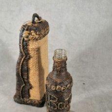 Botellas antiguas: ANTIGUA BOTELLA DECORADA CON CUERDA. Lote 179952790