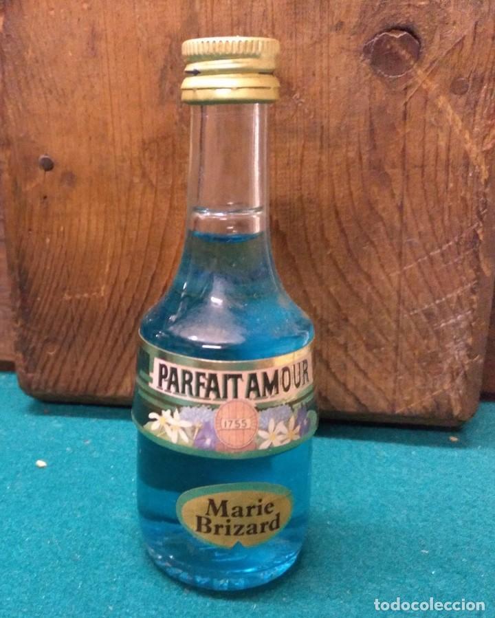 BOTELLIN MARIE BRIZARD PARFAIT AMOUR 1755 AZUL (Coleccionismo - Botellas y Bebidas - Botellas Antiguas)