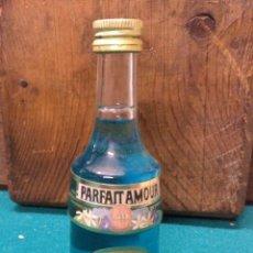 Botellas antiguas: BOTELLIN MARIE BRIZARD PARFAIT AMOUR 1755 AZUL. Lote 189548416