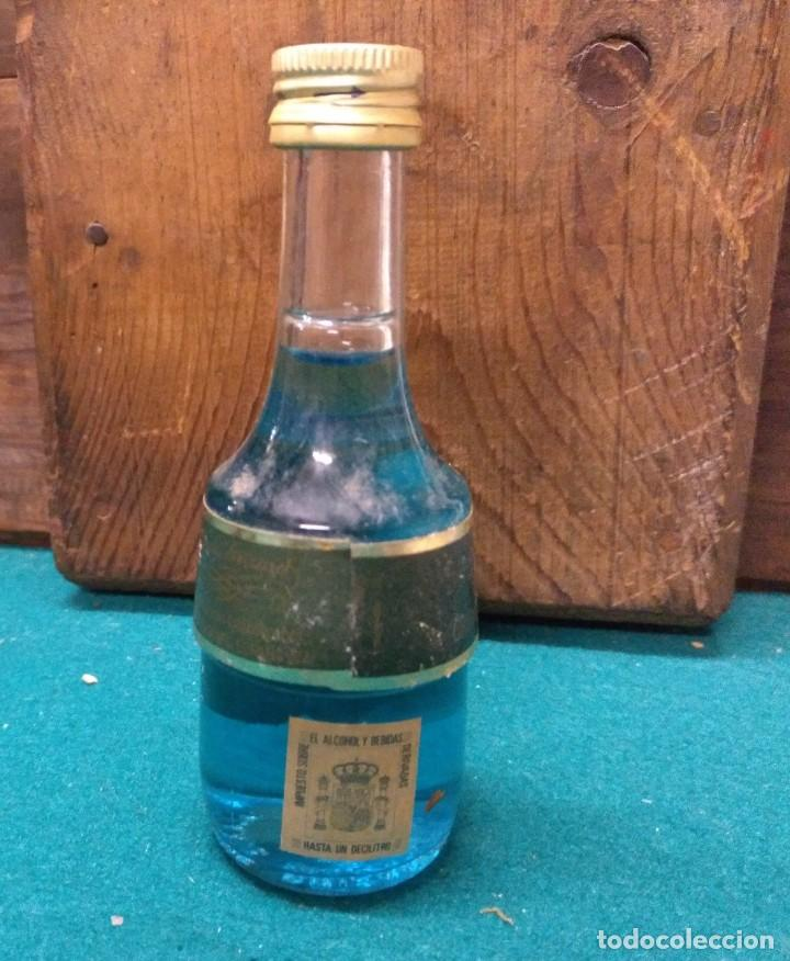 Botellas antiguas: BOTELLIN MARIE BRIZARD PARFAIT AMOUR 1755 AZUL - Foto 2 - 189548416