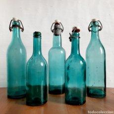 Botellas antiguas: LOTE DE 5 ANTIGUAS BOTELLAS AZULES * BOTELLA / AZUL / TAPON PORCELANA / MUY DECORATIVAS. Lote 192136558