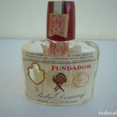 Botellas antiguas: BONITA BOTELLA PETACA FUNDADOR DEDICADA A LAS MILICIAS UNIVERSITARIAS 1961. Lote 192723580