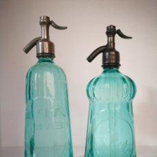 Botellas antiguas: PAREJA DE SIFONES FRANCESES COLOR TURQUESA. PIRAMIDAL Y MARQUESA. GRAVADO. Lote 194596352