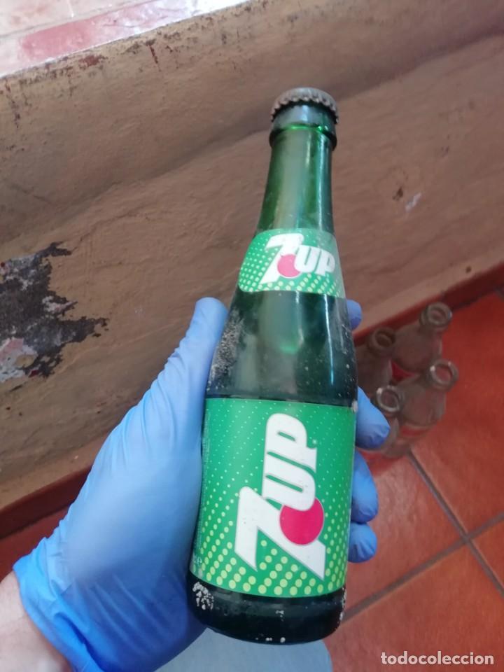 ANTIGUA BOTELLA PEQUEÑA REFRESCO GASEOSA 7UP SEVEN UP EMBOTELLADO EN LAS PALMAS LLENA. CHAPA CORONA (Coleccionismo - Botellas y Bebidas - Botellas Antiguas)