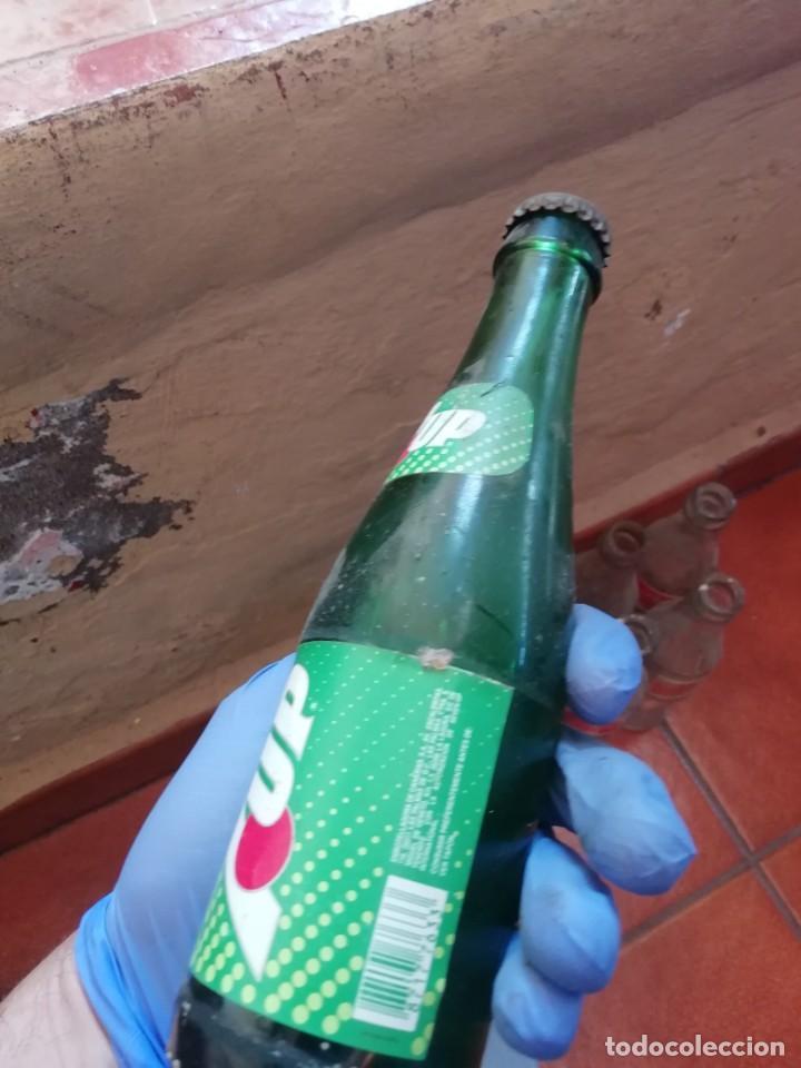 Botellas antiguas: Antigua botella pequeña refresco gaseosa 7up Seven Up embotellado en Las Palmas Llena. Chapa Corona - Foto 2 - 194604117
