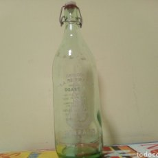 Botellas antiguas: BOTELLA GASEOSA LA SERRANA. Lote 195096711
