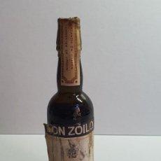 Botellas antiguas: BOTELLIN DON ZOILO SHERRY. RUIZ MATEOS S.A. DE VIDRIO PRECINTADA. Lote 195109163
