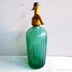 Botellas antiguas: SIFÓN MARGALL DE FIGUERES ACANALADO COLOR VERDE. TAPÓN PLOMO ANTIGUO. Lote 195333500