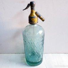 Botellas antiguas: SIFÓN GORDO CON DIBUJO RELIEVE CAMPANILLAS DE GUIU DE LLEIDA, CON TAPÓN PLOMO. Lote 195334323
