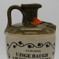 Botellas antiguas: BOTELLA CANECO DE CERAMICA VITRIFICADA UISGE BAUGH A BLEND OF RARE OLD IRISH WHISKEY IRELAND. Lote 196883045