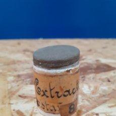 Botellas antiguas: FRASCO DE FARMACIA ALBARERO DE OPALINA EXTRACTO CASTAÑO DE INDIAS // CON CONTENIDO. Lote 197262252