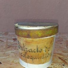 Botellas antiguas: FRASCO DE FARMACIA BOTE ALBARERO DE CERÁMICA EXTRACTO DE COLOQUINTIO // CON CONTENIDO. Lote 197346445