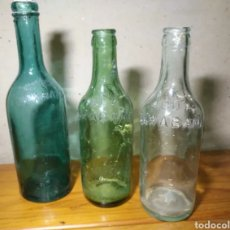 Botellas antiguas: BOTELLA ANTIGUA DE FARMACIA AGUA DE CARAVANA LETRAS EN RELIEVE EN SOLAPA COLORES AZUL VERDE BLACO. Lote 197386135