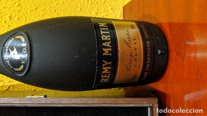 Botellas antiguas: cognac remy martin magnum 1,5 litros y caja madera con 6 copas remy martin-año 1980 - Foto 2 - 201374845