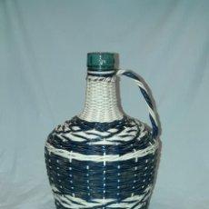 Botellas antiguas: ANTIGUA GARRAFA DE CRISTAL FORRADA CON SCOUBIDOU HILO PLÁSTICO TRENZADOS DE COLORES AÑOS 50/60. Lote 202588350