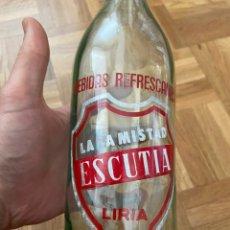 Botellas antiguas: BOTELLAS DE BEBIDAS REFRESCANTES LA AMISTAD ESCUTIA LIRIA VALENCIA. Lote 203879705