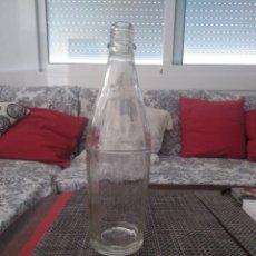 Botellas antiguas: BOTELLA VIDRIO AÑOS 50. INSCRIPCIÓN BASE MODELO REGISTRADO LLOBREGAT NO. 26566. ALTO 30 CM, DIAM. 30. Lote 205647623