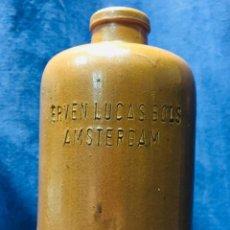 Bottigglie antiche: BOTELLA GRES HOLANDA ERVEN LUCAS BOLS LICOR AMSTERDAM PPIO S XX GINEBRA GIN STONEWARE 30X9CMS. Lote 206316298
