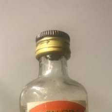 Botellas antiguas: BOTELLÍN GINEBRA MALBORO. BARCELONA. Lote 206421346