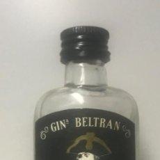 Botellas antiguas: BOTELLÍN GINEBRA BELTRAN. MAHÓN. Lote 206422313