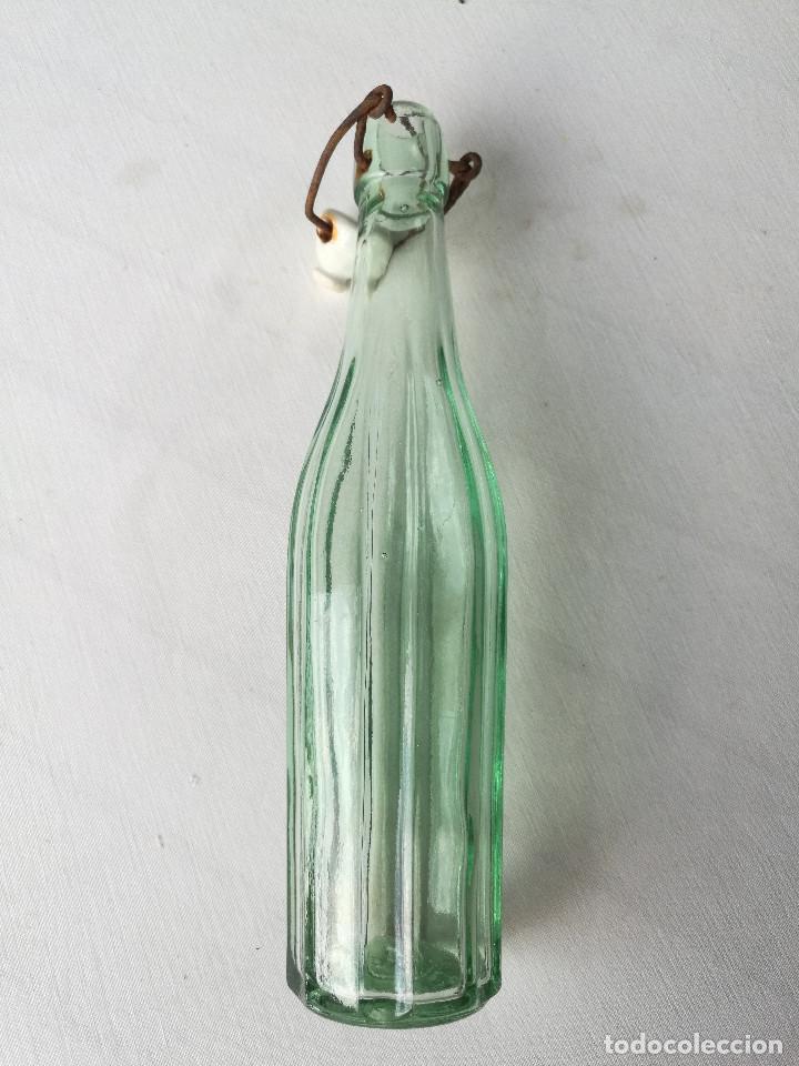 Botellas antiguas: BOTELLA GASEOSA LA POLAR - RIUDOMS - ESTRIADA - 250CC - TAPÓN MECÁNICO - Foto 3 - 206450831