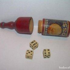 Botellas antiguas: ANTIGUA BOTELLITA DE MADERA CON 3 DADOS DE HUESO..APERITIVO MARTINI ROSSI.. Lote 210006305
