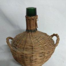Botellas antiguas: ANTIGUA PEQUEÑA BOTELLA DAMAJUANA CUBIERTA DE MIMBRE.. Lote 210157943