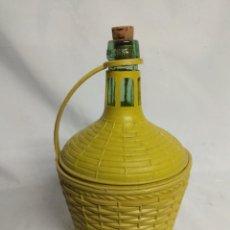 Botellas antiguas: ANTIGUA PEQUEÑA BOTELLA DAMAJUANA CUBIERTA.. Lote 210157967