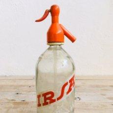 Botellas antiguas: SIFÓN IRSA DE MANRESA ANTIGUA BOTELLA DE AGUA CARBONICA INDUSTRIALES REUNIDOS CON CAPUCHON. Lote 210354745