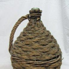Botellas antiguas: GARRAFA DE VIDRIO SOPLADO VERDE FORRADA EN ESPARTO - S.XIX. Lote 213234437