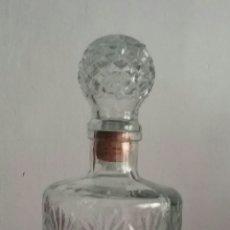 Botellas antiguas: ANTIGUA BOTELLA-LICORERA.TALLADA Y TAPÓN MEDIDOR.CON PRECIOSO TALLADO. Lote 214057926