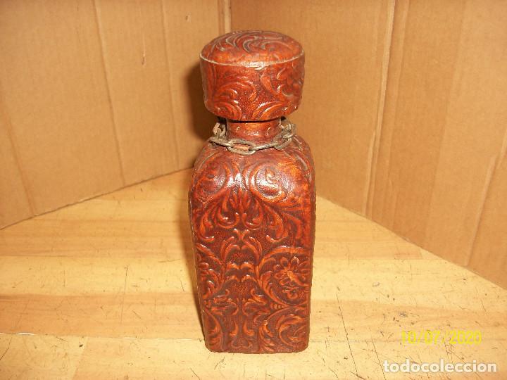 BOTELLA FORRADA EN PIEL (Coleccionismo - Botellas y Bebidas - Botellas Antiguas)