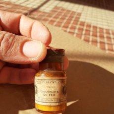 Botellas antiguas: FRASCO DE FARMACIA CACODILATO DE FER POULENC FRERES // CON CONTENIDO. Lote 220413572