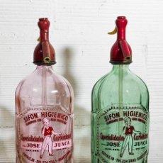 Botellas antiguas: DOS SIFÓN SODA CONJUNTO -- CABEZA DE PLOMO - EN ROSA Y ESMERALDA - JOSÉ JUNCA. Lote 224690727